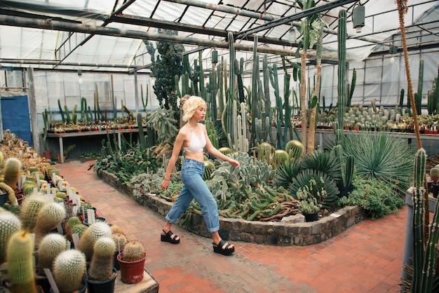 Żeński moda model chodzi wśród tropikalnych rośliien