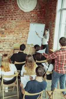 Żeński muzułmański mówca daje prezentaci w sala przy uniwersyteckim warsztatem