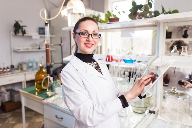 Żeński naukowiec w laboratorium pracuje na pastylce