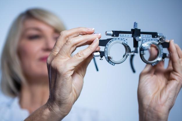 Żeński okulista patrzeje messbrille