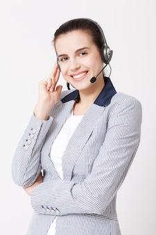 Żeński operator obsługi klienta z zestawem słuchawkowym na białym tle