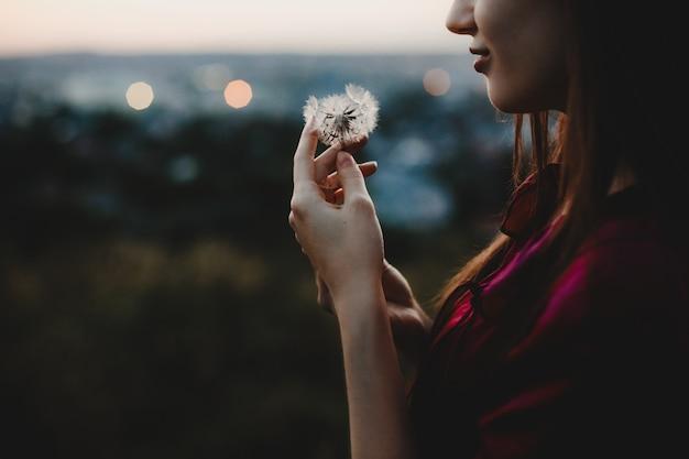 Żeński portret. natura. ładna kobieta bawić się z dandelion stojakiem