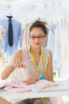 Żeński projektant mody pracuje na tkaninach