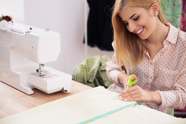 Żeński projektant tkaniny do cięcia