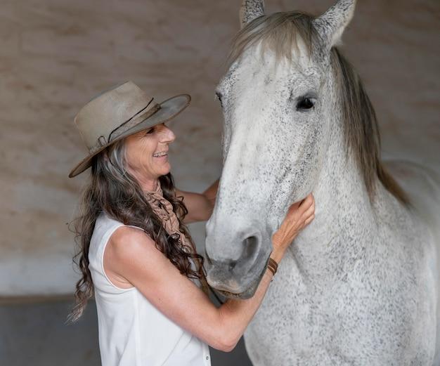 Żeński rolnik z koniem