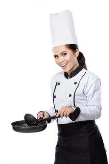 Żeński szef kuchni przygotowywający gotować