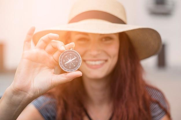 Żeński turysta z kompasem
