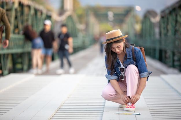 Żeński turysta związał linę do butów
