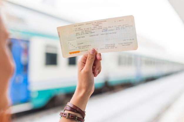 Żeński turystyczny czekanie dla pociągu