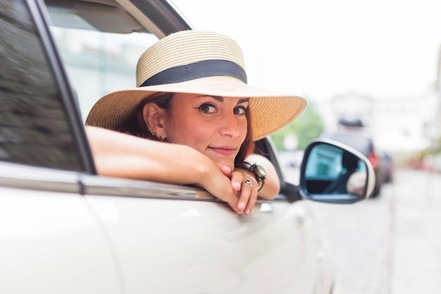 Żeński turystyczny patrzeć z samochodowego okno