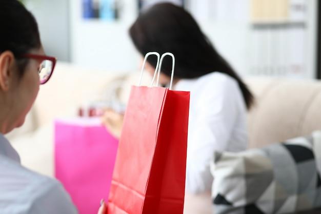 Żeński urzędnik patrzeje torba na zakupy