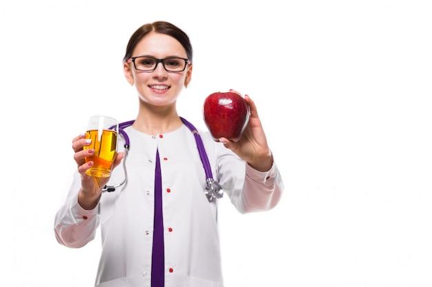 Żeński żywiony mienia jabłko i szkło świeży sok w ona ręki odizolowywać na białym tle