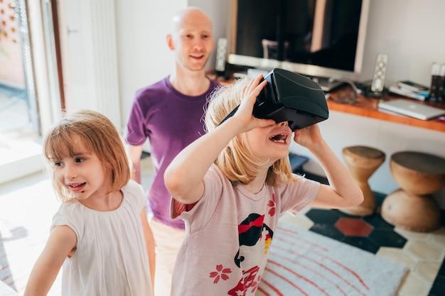 Żeńskie dzieci salowe używa 3d widza