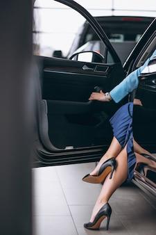 Żeńskie nogi zamykają samochodem