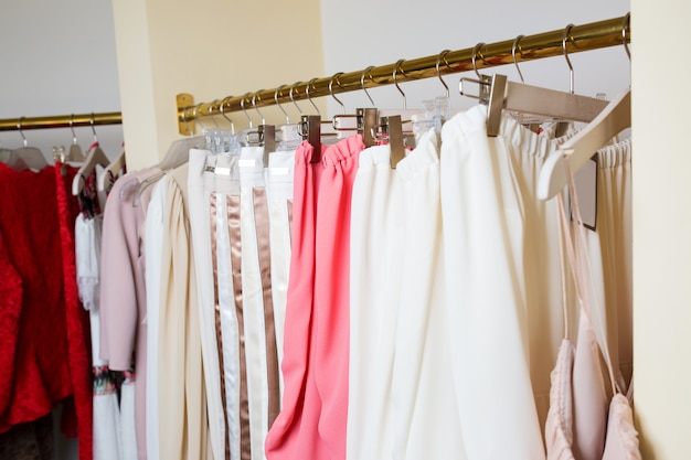 Żeńskie rzeczy różowią barwę na wieszaka zbliżeniu. nowa kolekcja w sklepie.