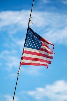 Zepsuta amerykańska flaga machająca na maszcie