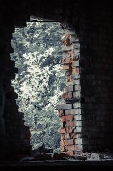 Zepsuta dziura w ceglanym murze