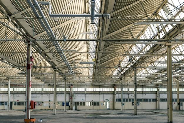 Zepsuta i zrujnowana hala przemysłowa
