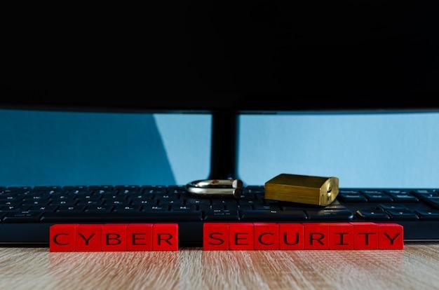 Zepsuta kłódka na klawiaturze komputera jako koncepcja dla oprogramowania szpiegującego, trojana lub kradzieży danych