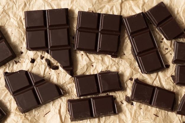 Zepsuty batonik czekoladowy na widok z góry papieru rzemieślniczego