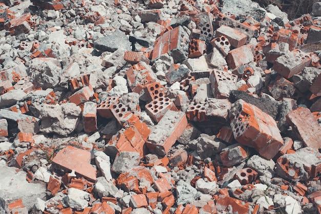 Zepsuty budynek. rozbite cegły.