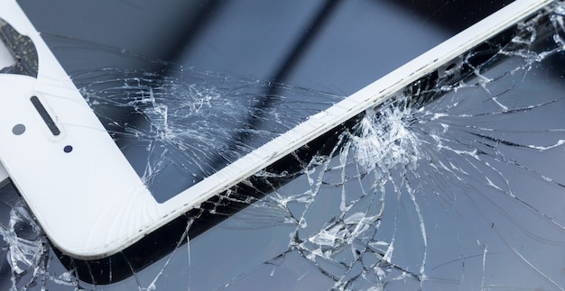 Zepsuty ekran smartfona, w tle, kopia miejsca