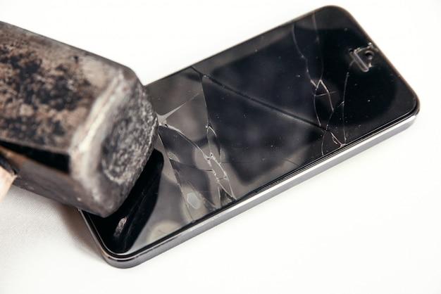 Zepsuty ekran telefonu młotkiem