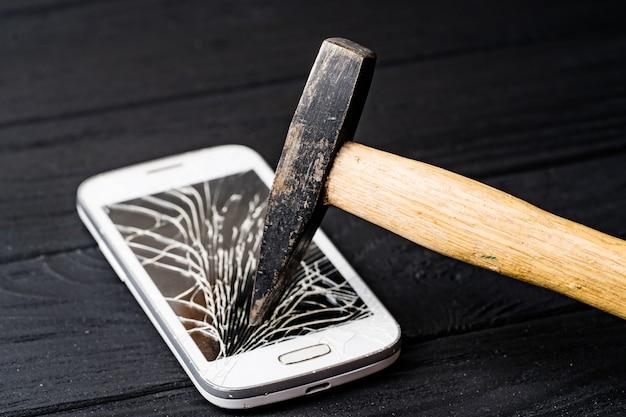 Zepsuty ekran telefonu. smartfon z uszkodzonym ekranem