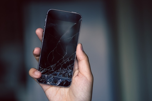 Zepsuty ekran telefonu w ręku