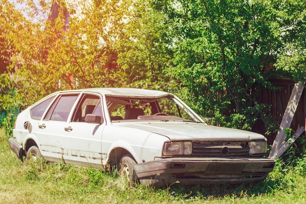 Zepsuty stary samochód w wypadku we wsi