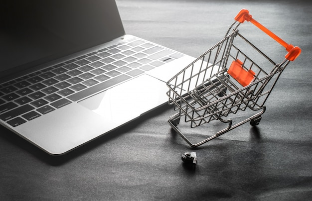 Zepsuty wózek na zakupy koło z laptopa