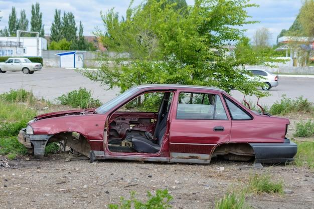 Zepsuty, zmięty, wgnieciony samochód po wypadku. opuszczone rozbite samochody. wysypisko rozbitych samochodów. zepsute auto po wypadku.