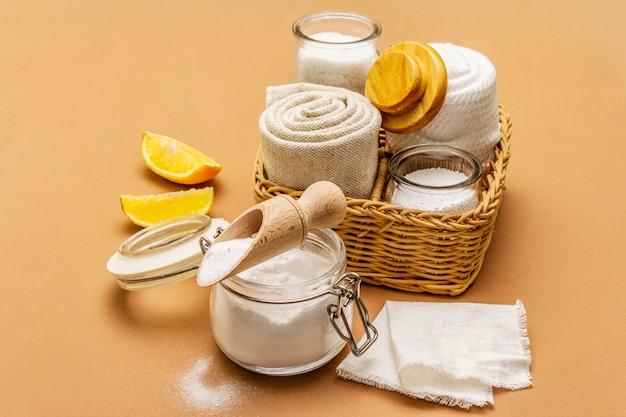 Zero marnotrawstwa sprzątania domu. zestaw produktów przyjaznych dla środowiska, koncepcja stylu życia. naturalne składniki
