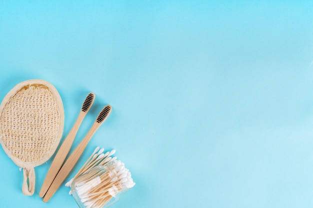 Zero minimalnego porannego zestawu drewnianej szczoteczki do zębów, wacików bawełnianych i szmatki. bez plastiku