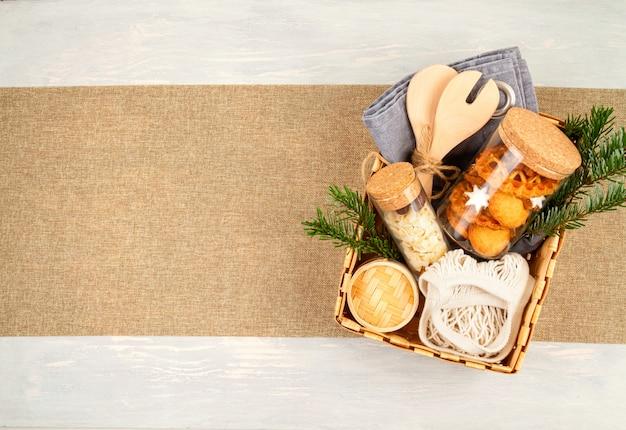 Zero odpadów domowych prezentów na boże narodzenie i inne święta. rustykalne, wielokrotnego użytku, przyjazne dla środowiska opakowanie bez plastiku