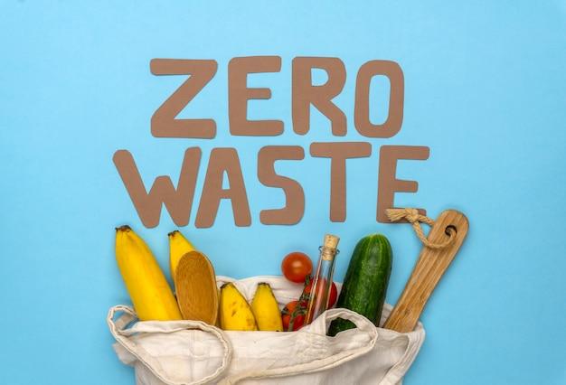 Zero odpadów napis na niebieskim tle. ruch środowiskowy w celu zmniejszenia ilości odpadów z tworzyw sztucznych