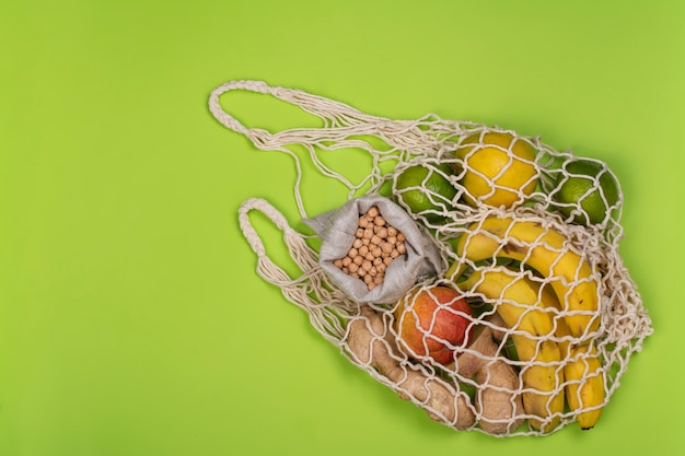 Zero odpadowy worek strunowy ze świeżymi owocami