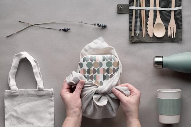 Zero pakowanego zestawu na lunch, zestaw pudełka na wynos na bawełnianej torbie, organizer na bambusowe sztućce, bambusowe pudełko na lunch i kubek wielokrotnego użytku.