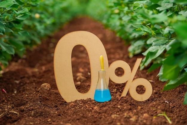 Zero procent znak lub symbol na tle przyrody.