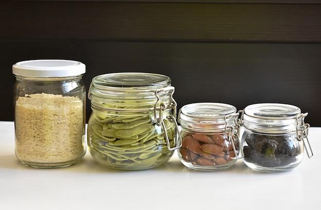Zero przechowywania odpadów kuchennych, szklane słoiki wielokrotnego użytku z jedzeniem.
