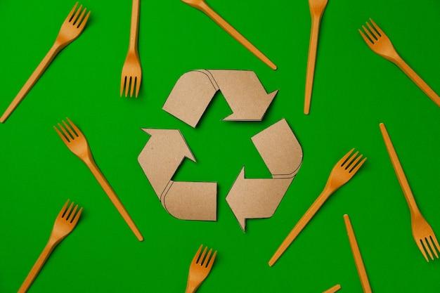 Zero waste jednorazowe zastawy stołowe na zielonym tle