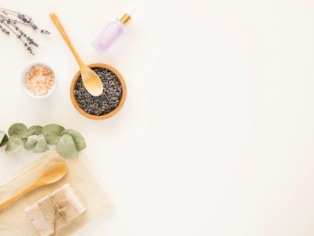 Zero waste kąpiel w tle z mydłem z glinki kosmetycznej lawendy i eukaliptusa
