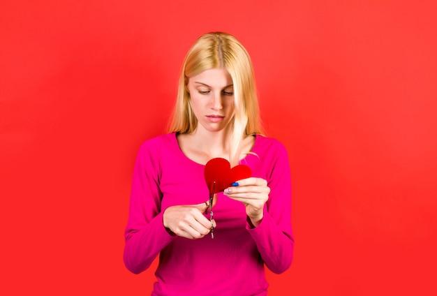 Zerwać. dziewczyna ze złamanym sercem. miłość boli. zerwanie relacji. nieszczęśliwa miłość.