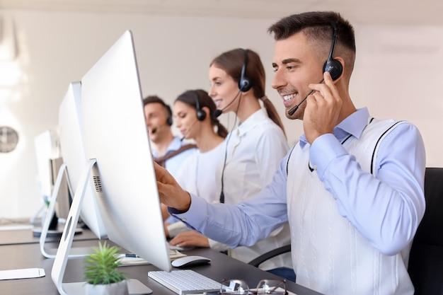 Zespół agentów wsparcia technicznego pracujących w biurze