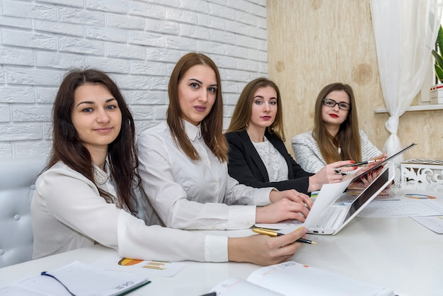 Zespół analityków biznesowych pracujących z wykresami biznesowymi