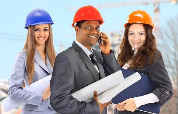 Zespół architektów mężczyzny i kobiety na budowie