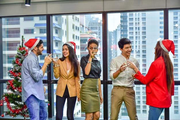 Zespół biura firmy świętować boże narodzenie szczęśliwego nowego roku party
