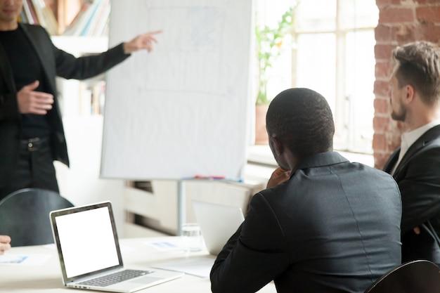 Zespół biznesmenów słuchanie wykładów biznesowych podczas odprawy.