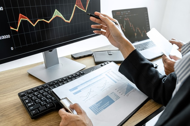 Zespół biznesowy dwóch kolegów pracujących z komputerem