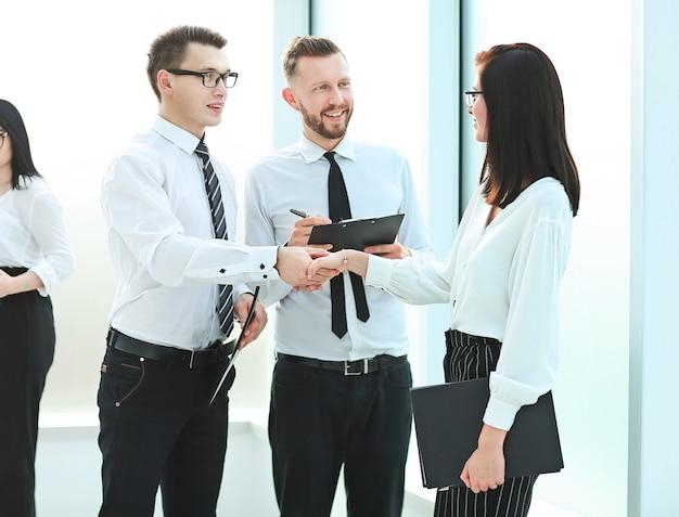 Zespół biznesowy i uścisk dłoni pracowników przed spotkaniem biznesowym. pojęcie pracy zespołowej